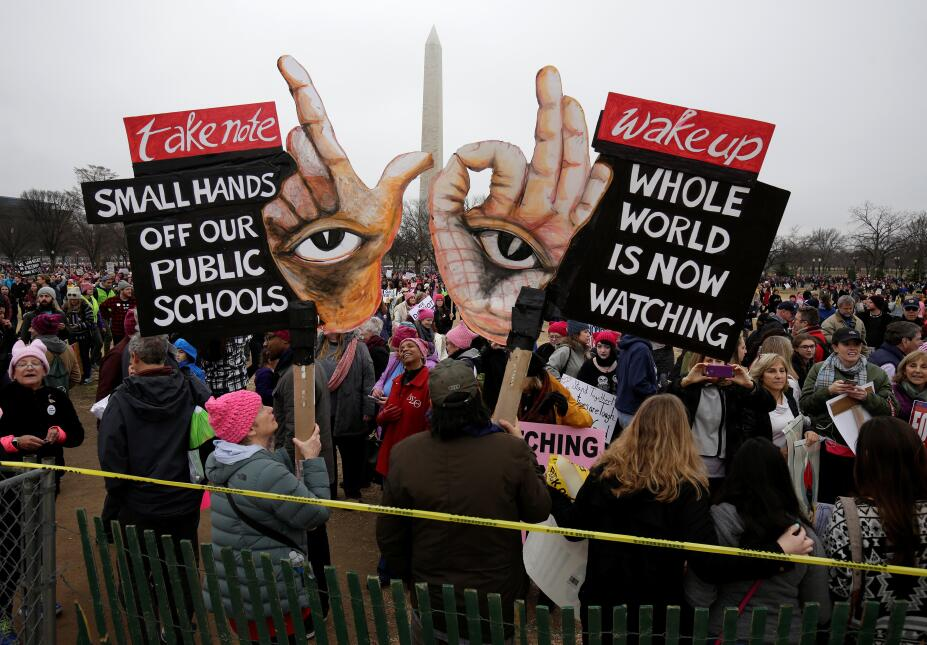 Un gran número de pancartas, durante la Marcha de Mujeres en Washington,...