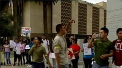 Jovenes protestando contra la sb 1070
