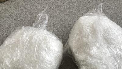 Dos paquetes con metanfetamina que traía escondidos en su cuerpo...