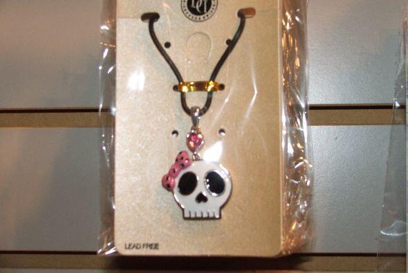 Qué tal este collar de una calaverita con un lacito rosado, ideal para u...