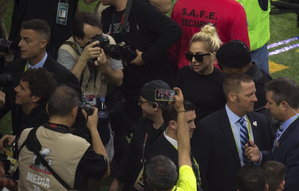 Lady Gaga se vio rodeada de hombres a su llegada al campo de juego del S...