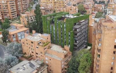 El edificio con sus murallas verdes contrasta con el resto del vecindari...