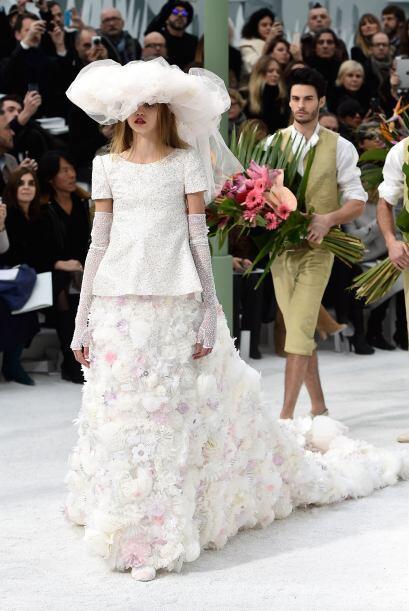 Para cerrar con broche de oro, un extravagante vestido de novia apareció...