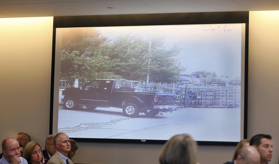 Una imagen de la camioneta en la que Conrad Roy se suicidó fue proyectad...