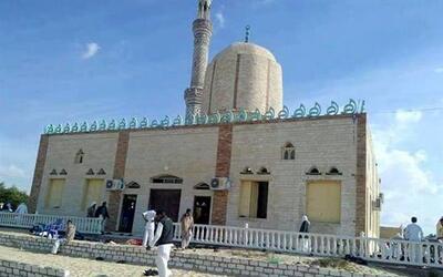 Varias personas permanecen fuera de la mezquita donde este viernes se vi...