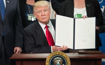 25 de enero de 2017. Trump firma las órdenes ejecutivas sobre el...