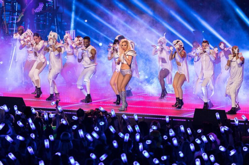 Menos política y más pirotecnia: el show de Lady Gaga en el Super Bowl L...
