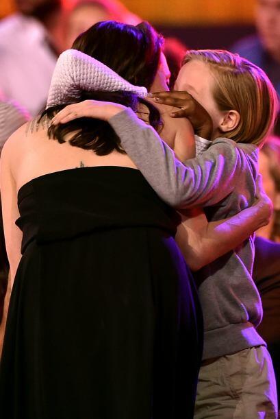 Angie subió al escenario pero las nenas les dieron más abrazos.