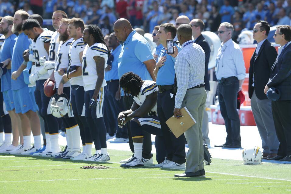 De esta forma, los Chargers protestaban durante el himno. Brazos entrela...