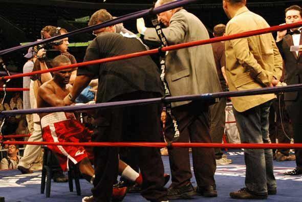 El dominicano González cayó en el tercero y tuvo que ser atendido por un...