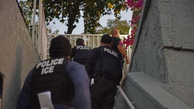 Agentes de ICE llegan a una casa en Los Ángeles durante un operativo rea...