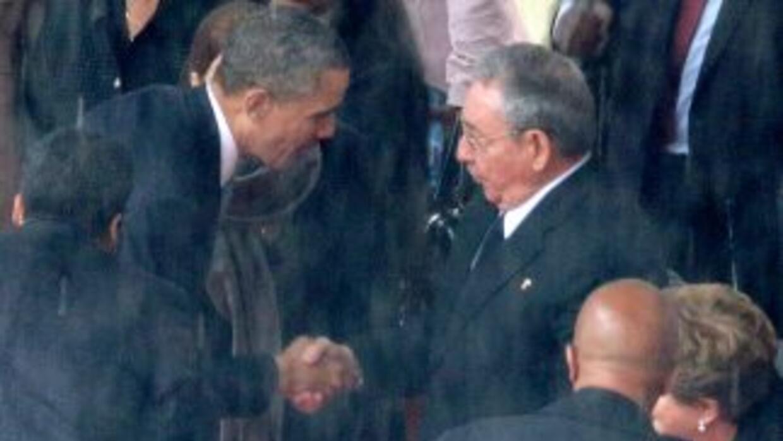 El presidente de EEUU, Barack Obama, estrecha la mano del regente de Cub...