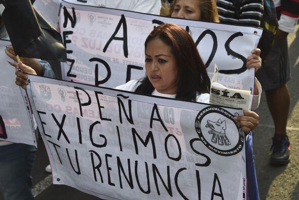 """""""Exigimos la renuncia de Peña Nieto"""", se leía en algunas pancartas."""