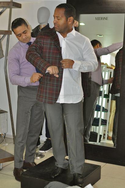 Gigio le tomó las medidas y Tony se probó varios trajes.