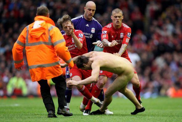 Lo peor de todo fue que los propios jugadores 'Reds' fueron a derribar a...