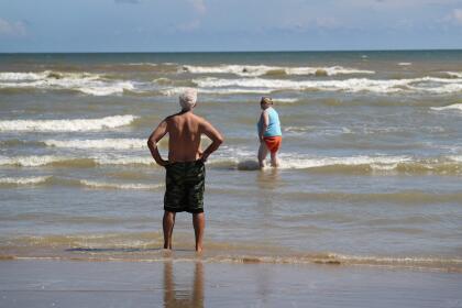 <b>Océano Atlántico.</b> La salida al mar del Río Grande en el golfo de México es en una playa visitadas por bañistas, en el Parque Nacional Boca Chica. No tiene ninguna barrera que entra al mar, como la barda de Tijuana.