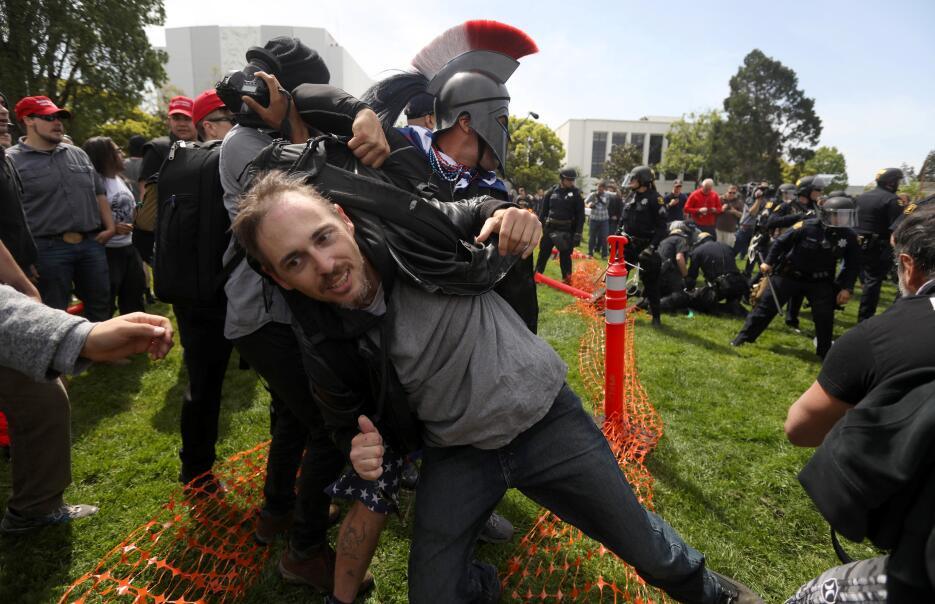Uno de los protestantes es sacado de la confrontación.