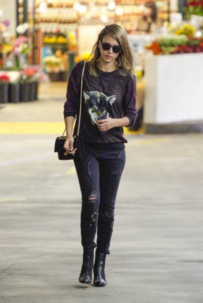 En prendas casuales, Jessica luce muchos años más joven. ¡Sin lugar a du...