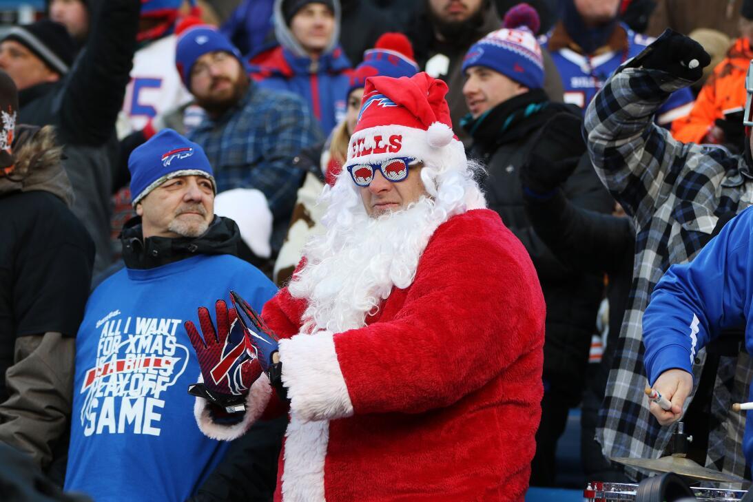 La Navidad y el colorido se toman la fiesta de la NFL GettyImages-630211...