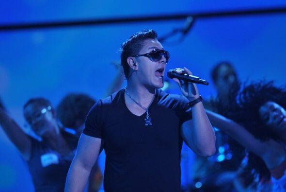 El cantante escondió su mirada tras esas gafas que ya se han convertido...