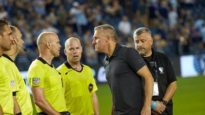 El estratega de Sporting Kansas City es multado por criticar arbitraje que favoreció al Galaxy de Zlatan