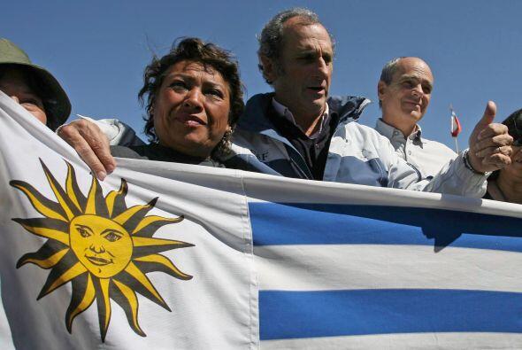 Los cuatro uruguayos izaron una bandera de su país en uno de los cerros...