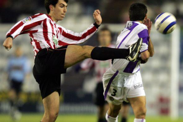 En el costado de la derecha Andoni Iraola, del Athletic de Bilbao se adu...