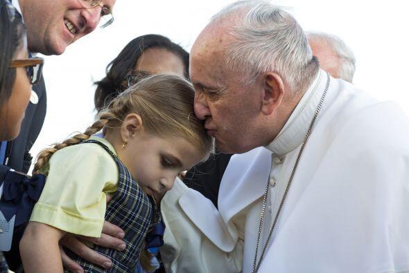 Francisco besa a esta pequeña al llegar a NY.