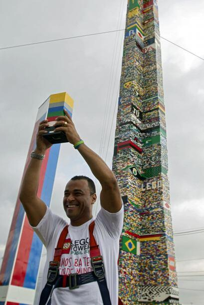 Cafú se mostró feliz de ser la persona colocó última pieza de la torre m...
