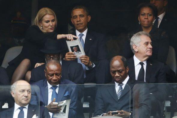 Michelle Obama, a quien se puede observar sentada cerca, no participó.