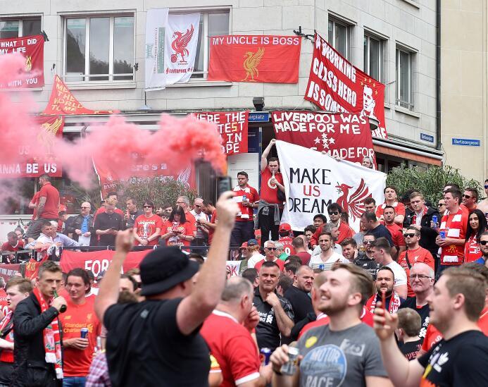 Los Fanáticos de Liverpool y Sevilla invadieron las calles de Suiza para...