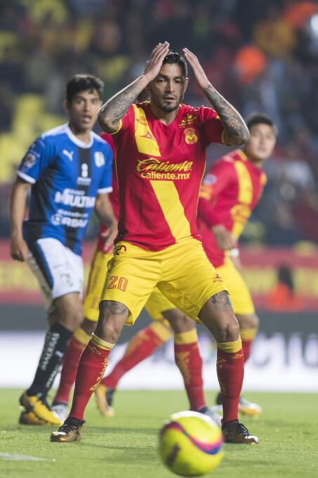 Rodrigo Millar, mediocampista de 'Monarcas', se lamenta tras una jugada...