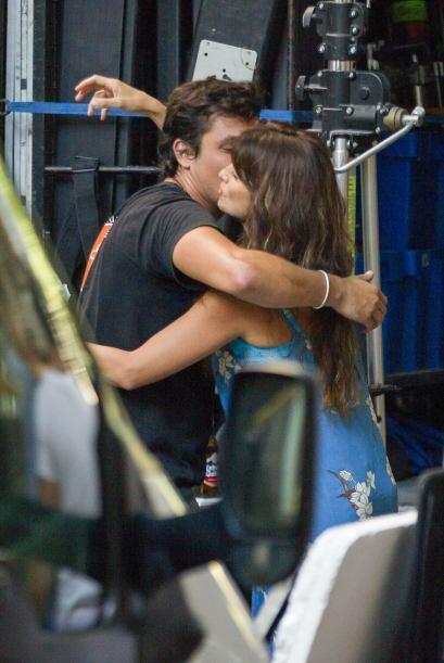 ¡Uf!  Un beso de despedida es el que presenciamos entre Penélope y su co...