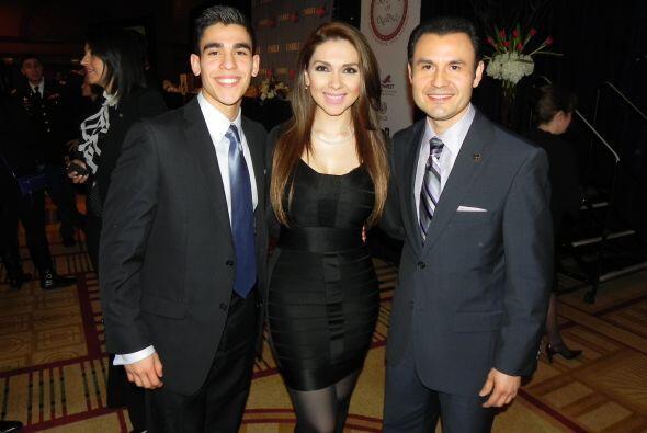 Enrique Jr. con los presentadores Angélica Atondo y Enrique Rodríguez.