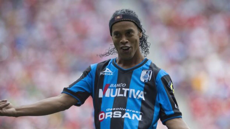 Ronaldinho volvió a demostrar su gran habilidad para pegarle al balón