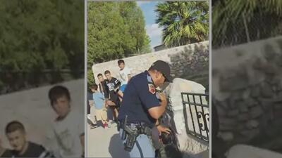En video: Policía detiene a la fuerza a un menor y apunta con un arma contra varios niños