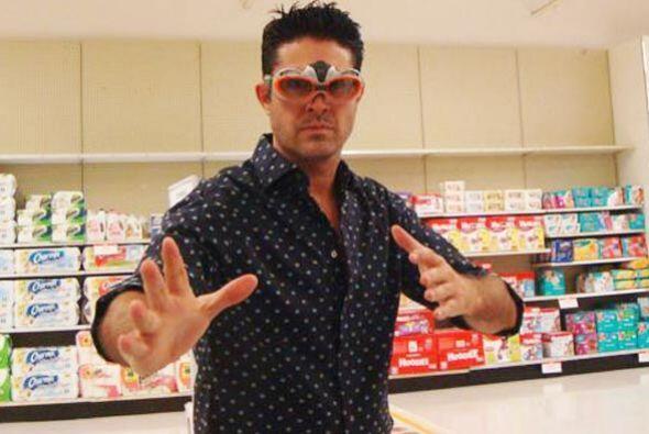 A Rodolfo le gusta jugar con su nena mientras están en las tiendas.