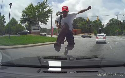 Policía de Atlanta busca al hombre que saltó sobre un auto en movimiento...