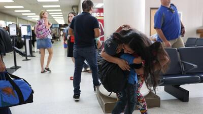 Abrazos, llanto y emoción: las imágenes de los reencuentros entre padres e hijos que han sido separados en la frontera sur