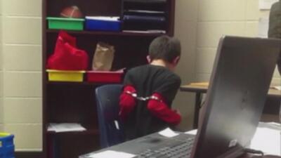 Sheriff de Kentucky tendrá que pagar $337,000 por esposar a un niño que se portó mal en la escuela