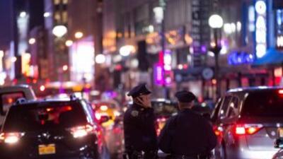 La policía busca a un pistolero que robó $2 millones en joyas en el Dist...