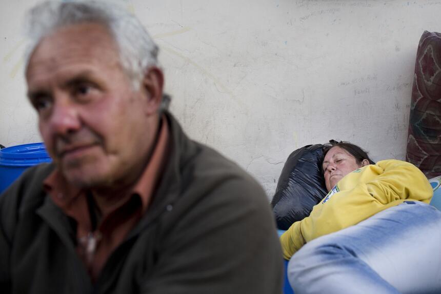 Los familiares de los detenidos permanecieron fuera del centro de detenc...
