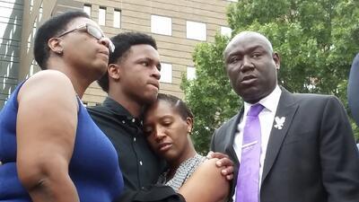 Lo que se sabe del caso del hombre que murió baleado por una policía de Dallas en su propio apartamento