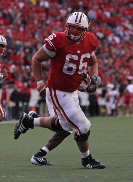 """1. Peter Konz - Wisconsin - Edad 22 años - Estatura 1.96 m (6'5"""") - Peso..."""