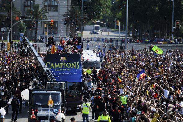El camión apenas podía avanzar por la gran cantidad de personas alrededor.