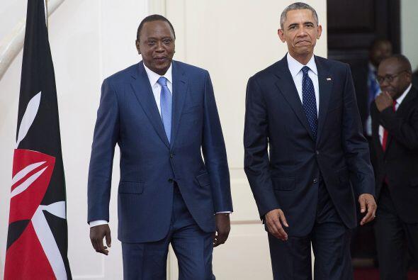 El presidente keniano, Uhuru Kenyatta llega con su homólogo estadouniden...