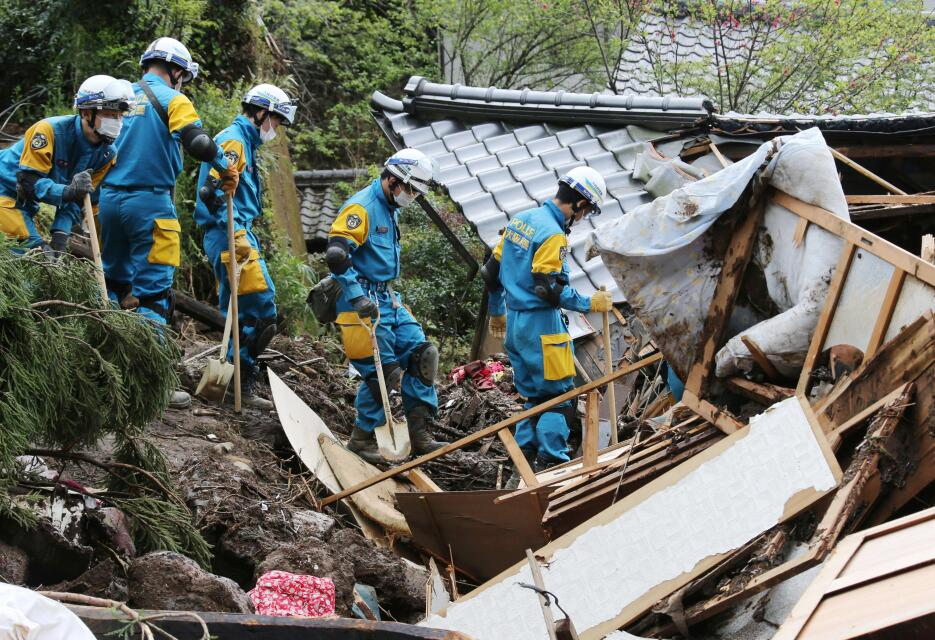 Policías buscan víctimas cerca de una casa destruida por un desprendimie...