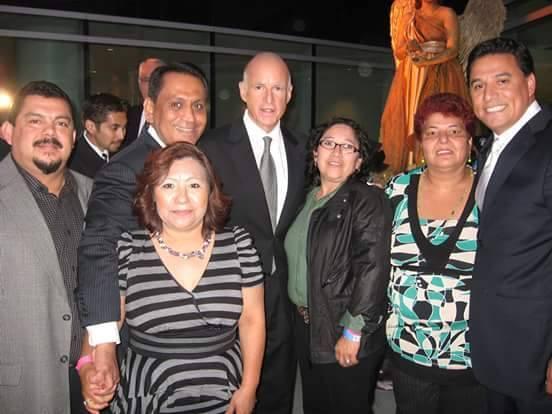 Activista indocumentada Rosa Mirna Cruz posa con políticos demócratas Ro...