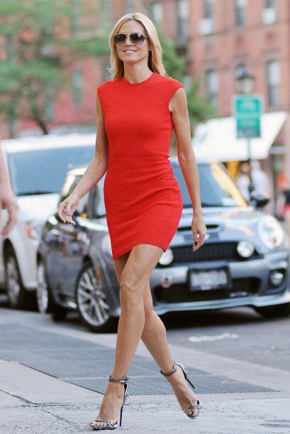¿Cómo se le ve este ajustado vestido?  Mira los chismes del momento.