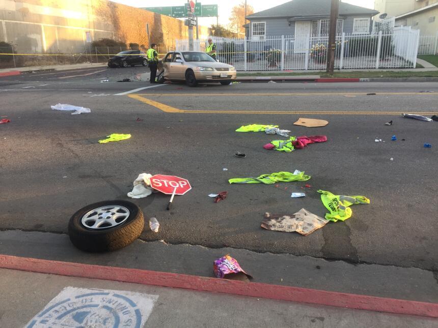 Restos regados en la calle tras el choque de dos automóviles.